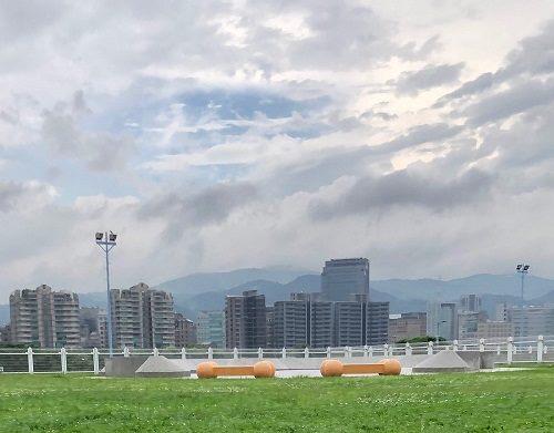 迎風狗公園屬於迎風河濱公園的一部分,是台北市第一座狗運動公園。圖/北市府動保處