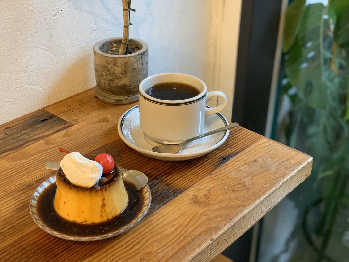 4/4 Seasons Coffee團隊致力於甜點研發,從布丁本體、焦糖到上面的裝飾,做足研究