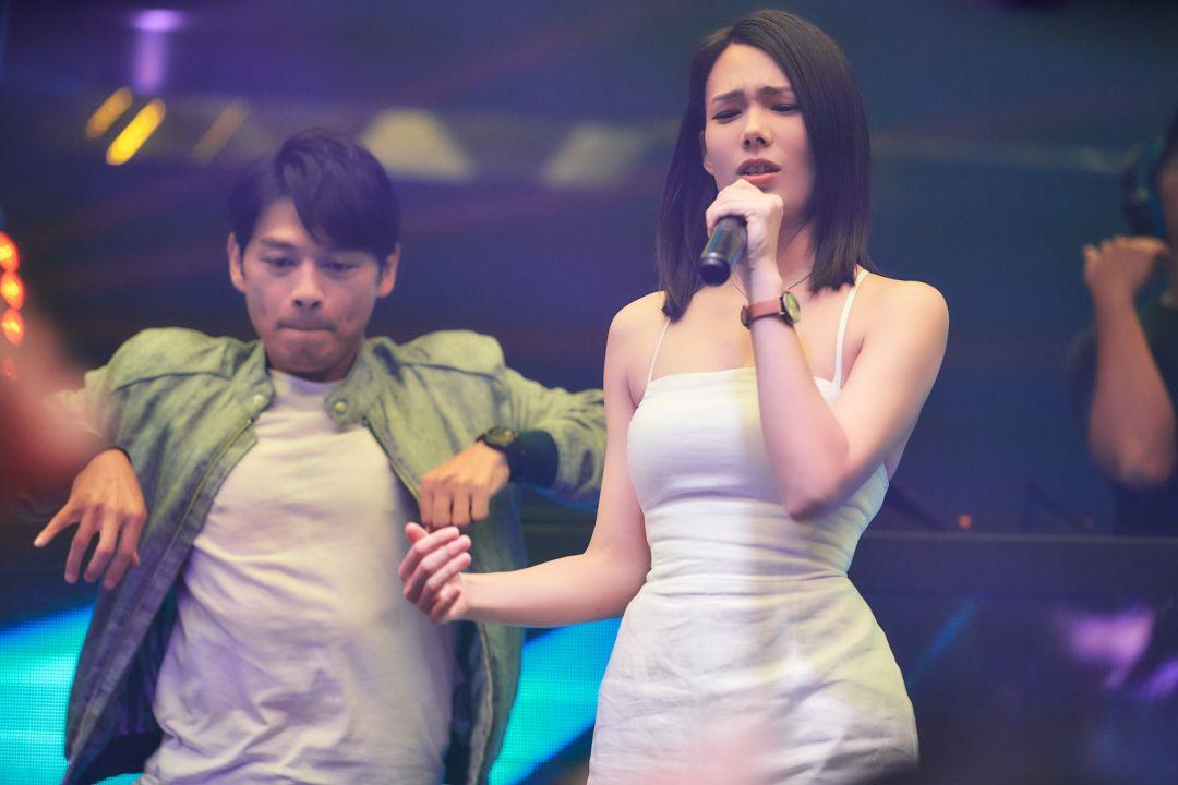 阿KEN飾演魏宏仁與紀培慧飾演紀惠欣一起參加對嘴歌唱大賽