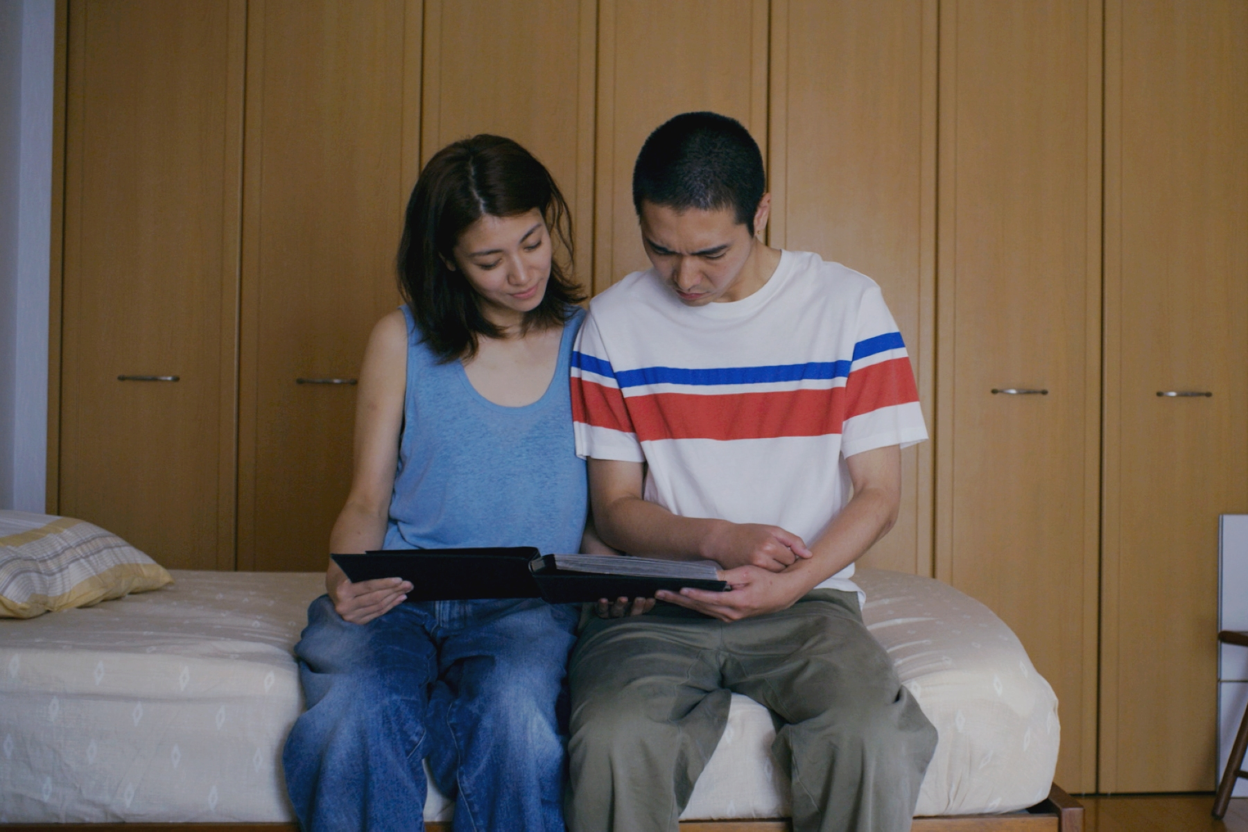 柄本佑(右)與瀧內公美(左)之前交往時拍攝的情慾寫真,如今成為兩人的助性工具