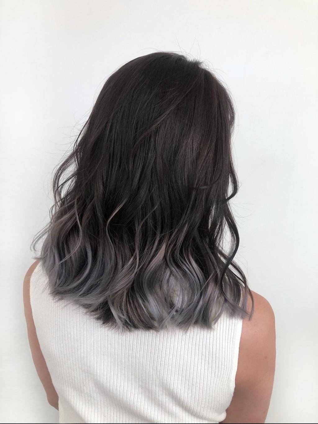 歐美感中長髮,搭配下擺灰棕色的的裙襬條染,捲度線條更明顯,也更能展現歐美隨性感