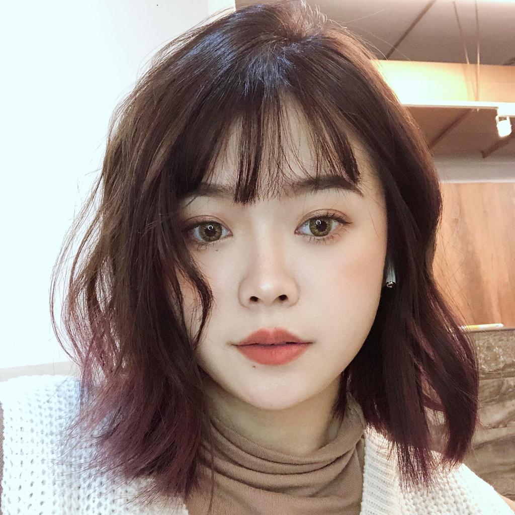 空氣瀏海短捲髮,搭配紅色系的裙襬挑染,更顯溫柔,根本韓國小姐姐本人