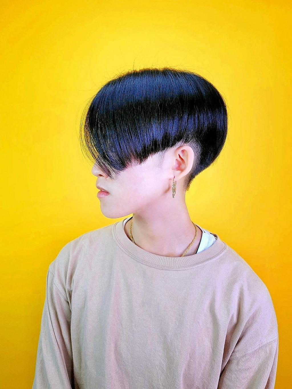 偶爾來點直髮,高層次短髮也能很個性很有型~鬢角區域的斜剪裁,也是畫龍點睛的一大亮點!
