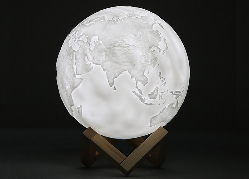 ▲用手觸摸可切換亮燈模式,三種光色的地球燈,啟動魔幻又靈動的想像力。(圖片來源:Yahoo購物中心)