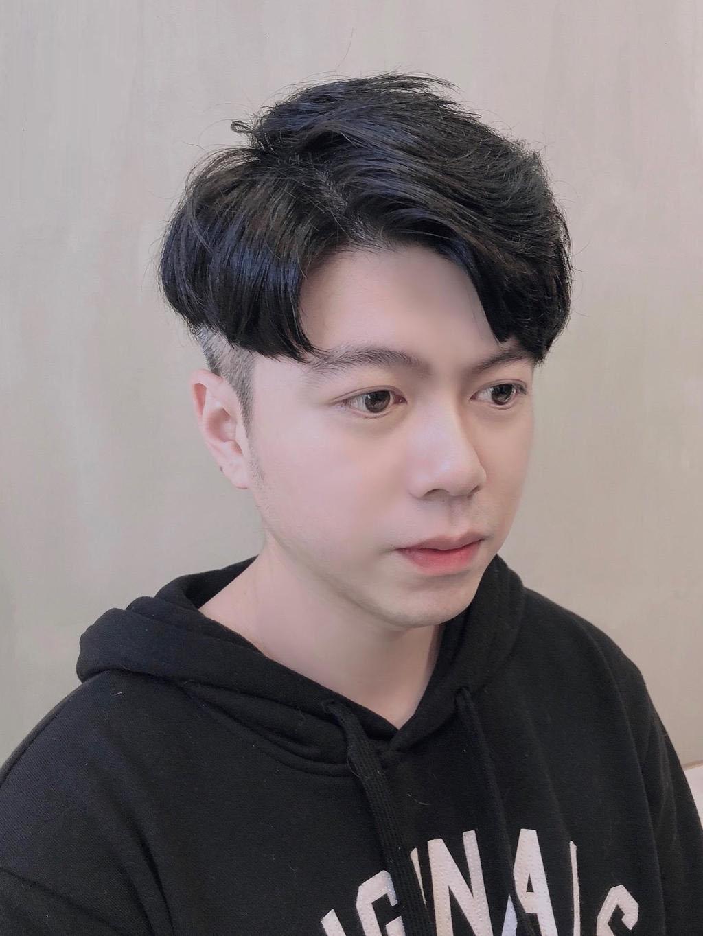露額頭、旁分的歐巴漸層卷,替你創造溫柔質感又獨特的紳士短髮Look
