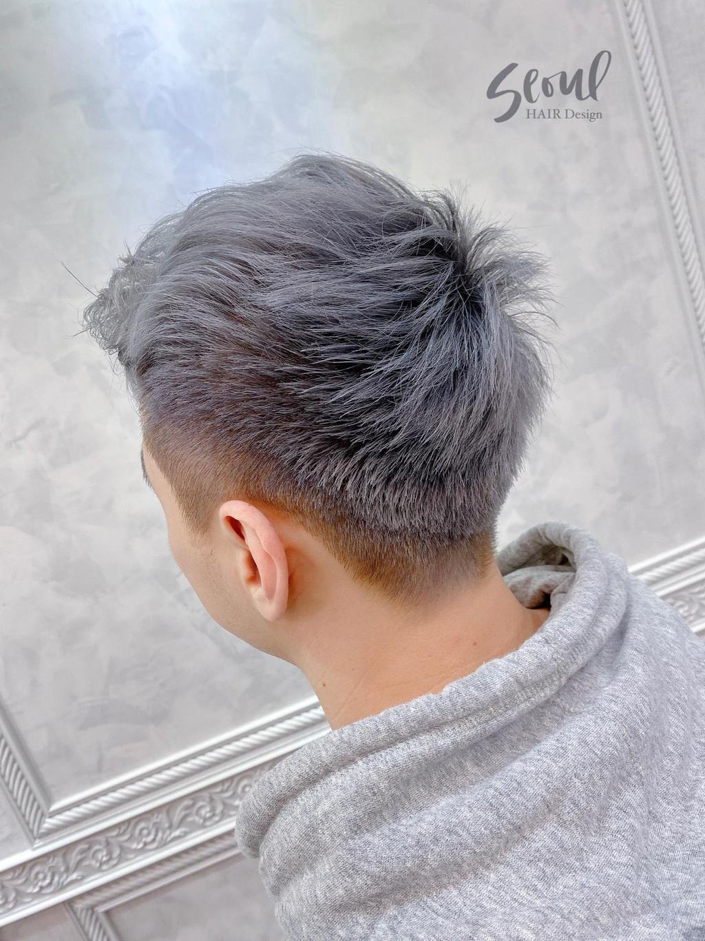 利用質感1000%的霧灰色搭配利落剪裁,讓層次設計更明顯,同時展現設計師和你自己的極緻品味