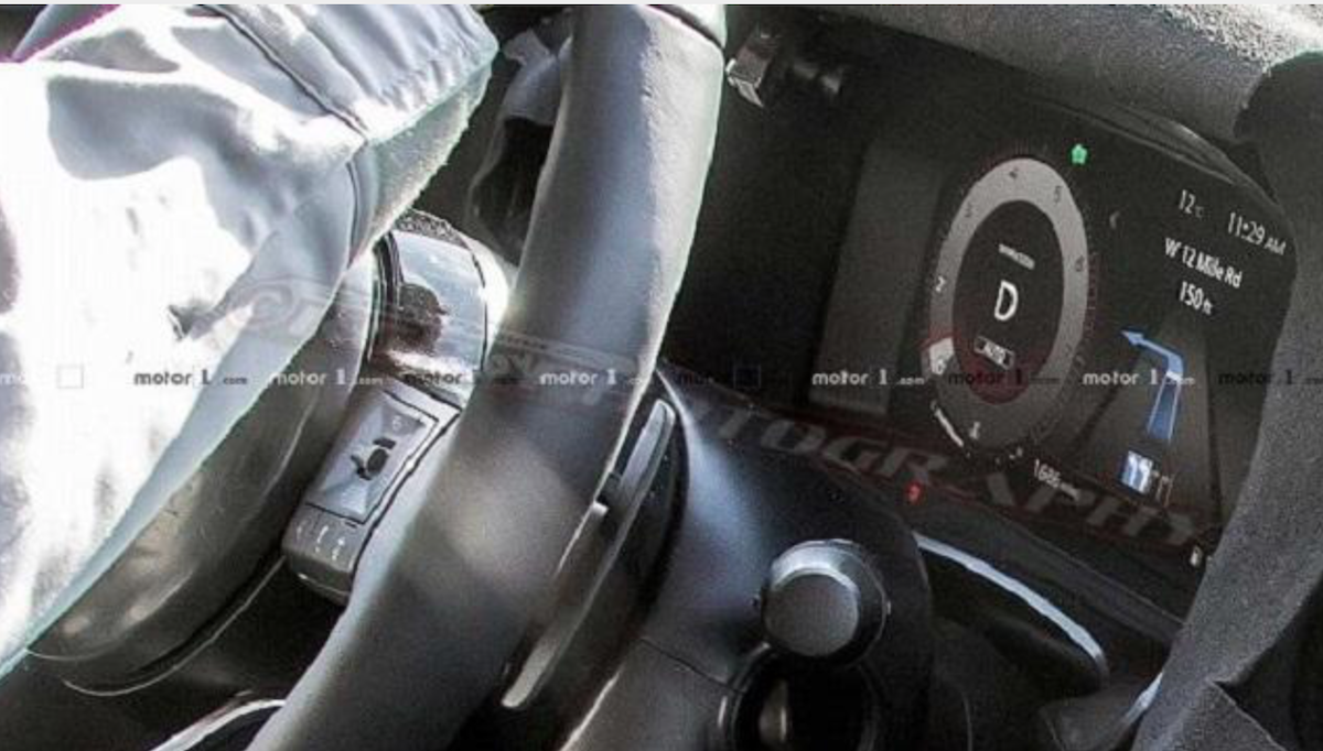以先前其他外媒捕獲測試車得知,新 X-Trail 還另有全新的數位儀錶,畫面能顯示導航、駕駛輔助等科技。