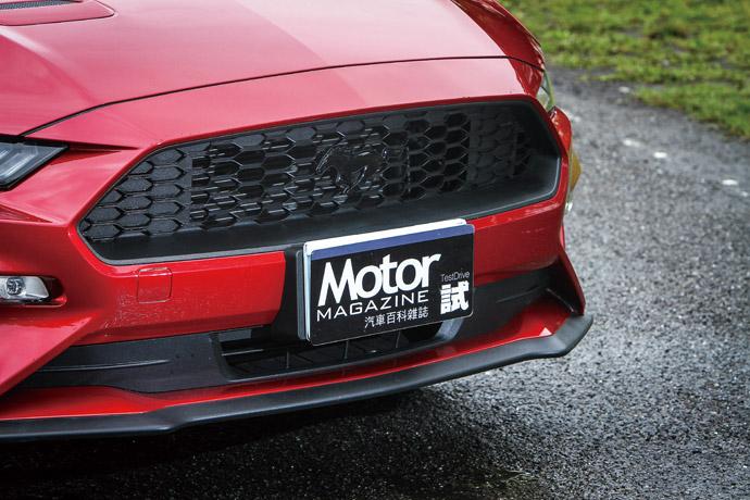 在Ford Mustang Black Shadow Edition的版本中,黑色調的配件妝點,為它增添了不少跑格氛圍,尤其在車頭野馬的精神象徵,也換上黑色的奔騰樣式,讓車頭更顯低調,卻又不失野馬的美式精神。