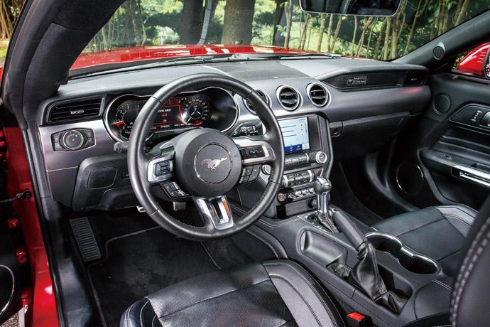 內裝的呈現在保留經典的元素之外,加入許多現代科技的氛圍,8吋彩色LCD觸控式螢幕座落於中控台的中央,下方宛如飛機座艙的全新撥桿設計,也是中控介面的一大亮點。