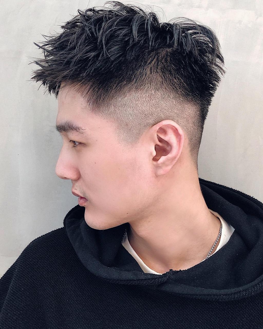 抓點髮蠟造型出層次感,搭配堅毅迷人的側臉輪廓,陽光型男指定必剪