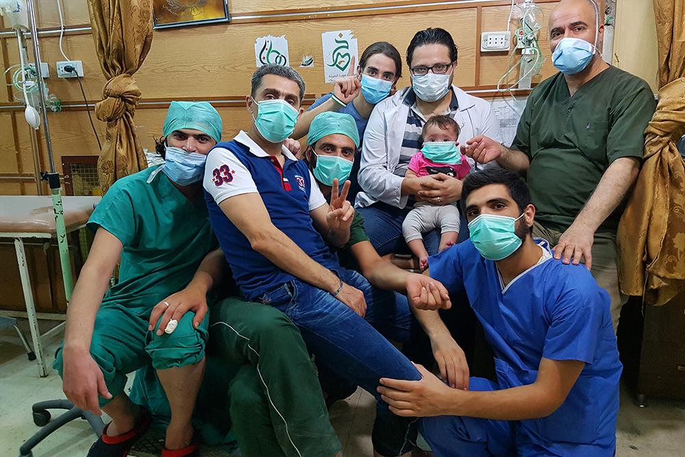 小莎瑪跟醫生爸爸、導演媽媽在醫院長大,不時會遭受轟炸及毒氣攻擊。戴口罩不是趕流行,而是日常。