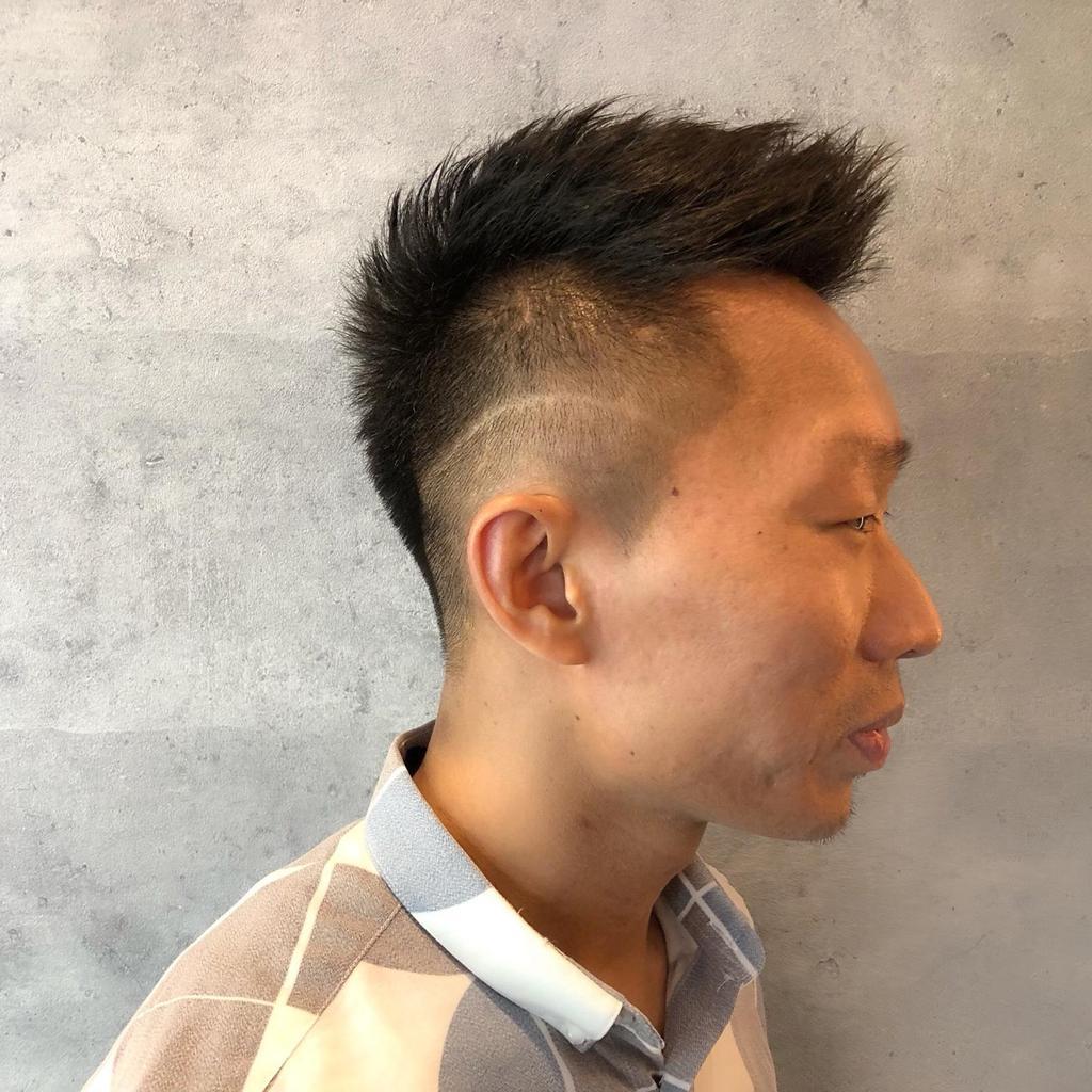 型男飛機頭已很有陽光大男孩fu,還想要添加個人魅力的話,就加個tatoo 刻線個性刻吧!