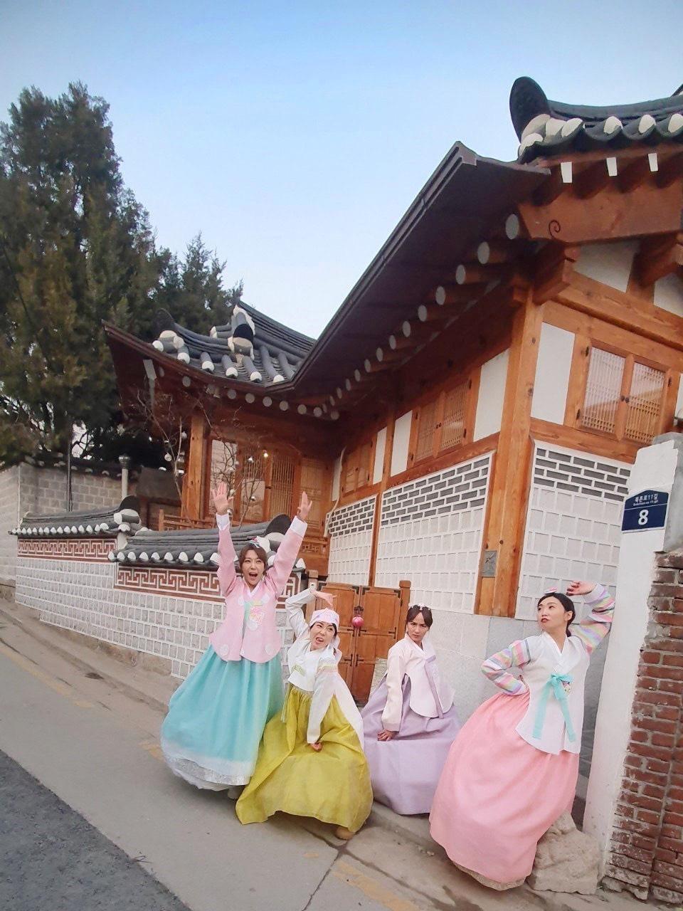 ▲所到之處都以跳舞留念,四人前往北村穿韓服拍照,正經、唯美和搞笑版本都不能漏掉。