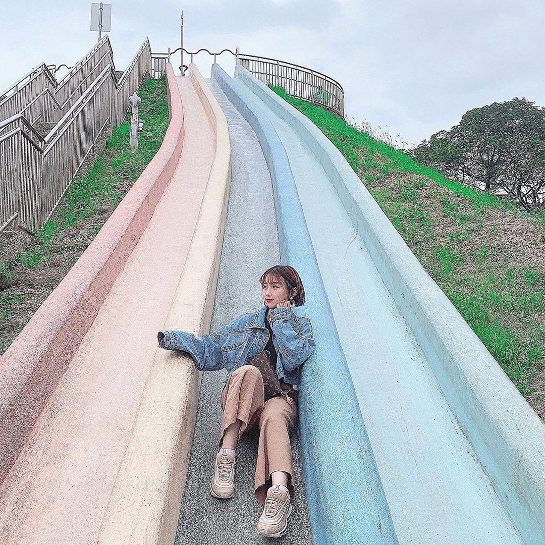 依著地形而建包含隧道式攀爬網、攀岩石、旋轉盤、鳥巢鞦韆等,加上免費滑草場及超長彩色磨石子溜滑梯與小小溜索,完全就是小孩心目中的的夢幻樂園!