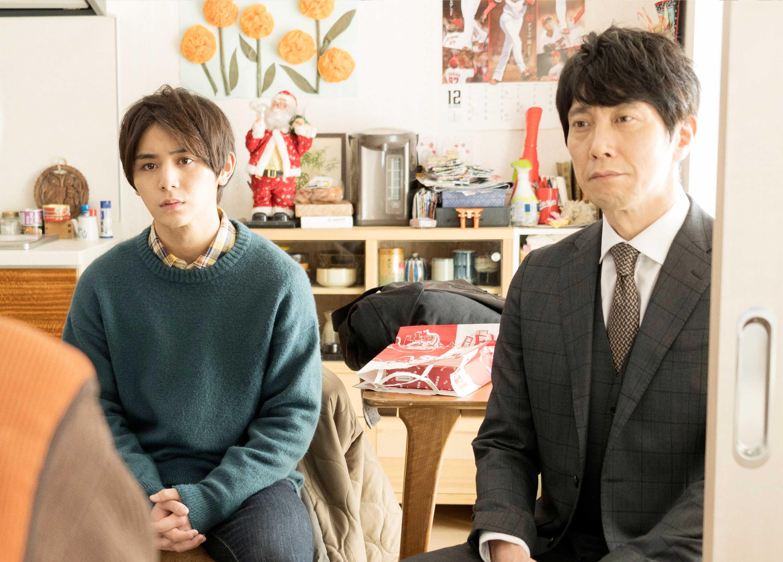 山田涼介(左)與前輩佐佐木藏之介(右)所飾演的資深學長高原律師兩人成天膩在一起,為了解開記憶使者之迷四處奔走