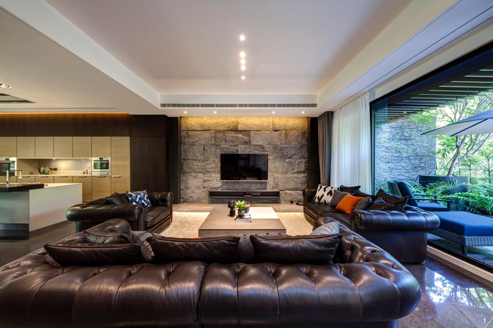 1. 公領域擁有完善的採光條件,大面開窗將自然光無遺地引入,完美烘托全室木質溫潤感受。