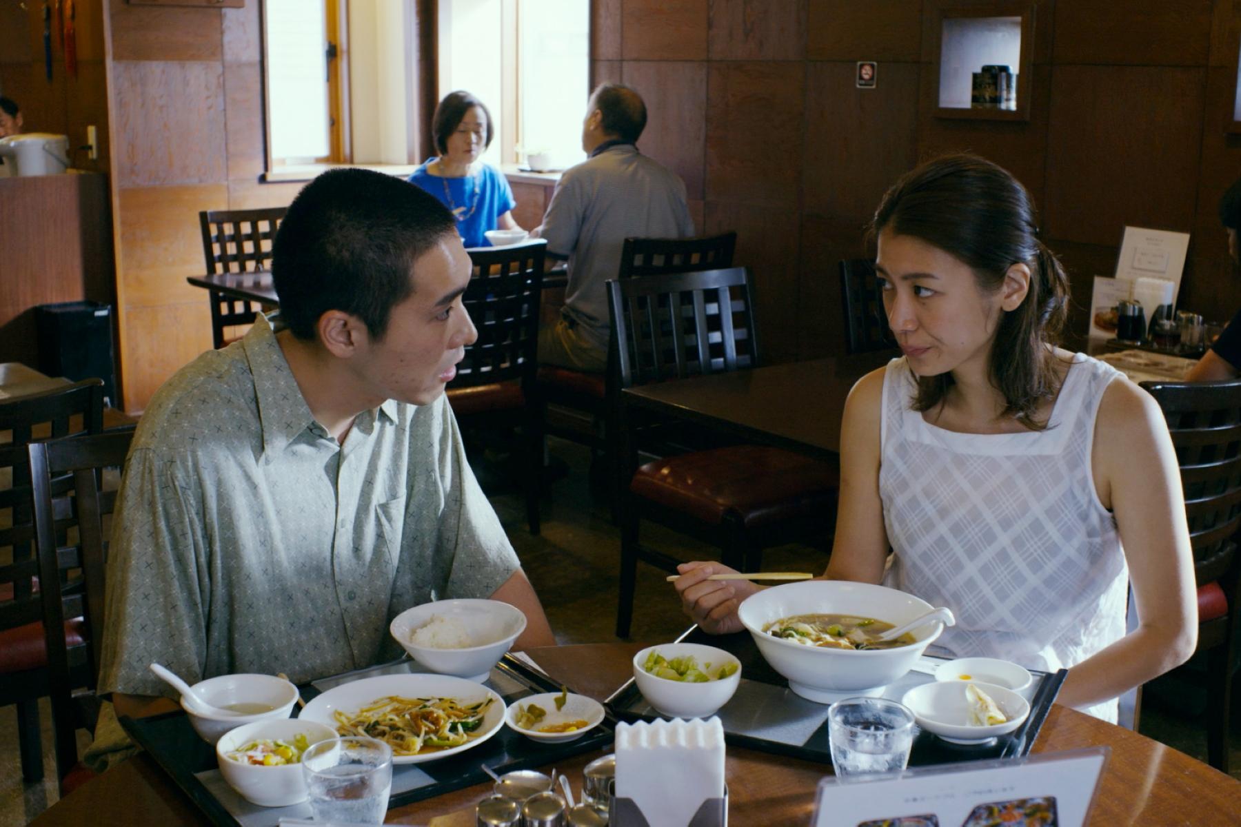 瀧內公美(右)帶柄本佑(左)品嚐「壯陽神菜」,讓對方瘋狂搭帳篷