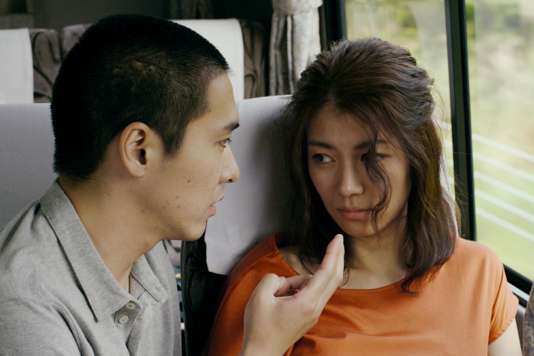 柄本佑(左)伸出金手指,在移動的巴士不停愛撫瀧內公美