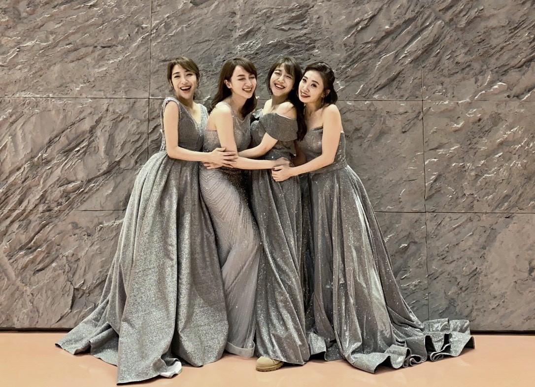 ▲拍照不求人,四姊妹用腳架拍攝「聖誕節禮服主題」,粉絲狂讚以為她們自帶攝影師,讓天菜媽咪們非常自豪。