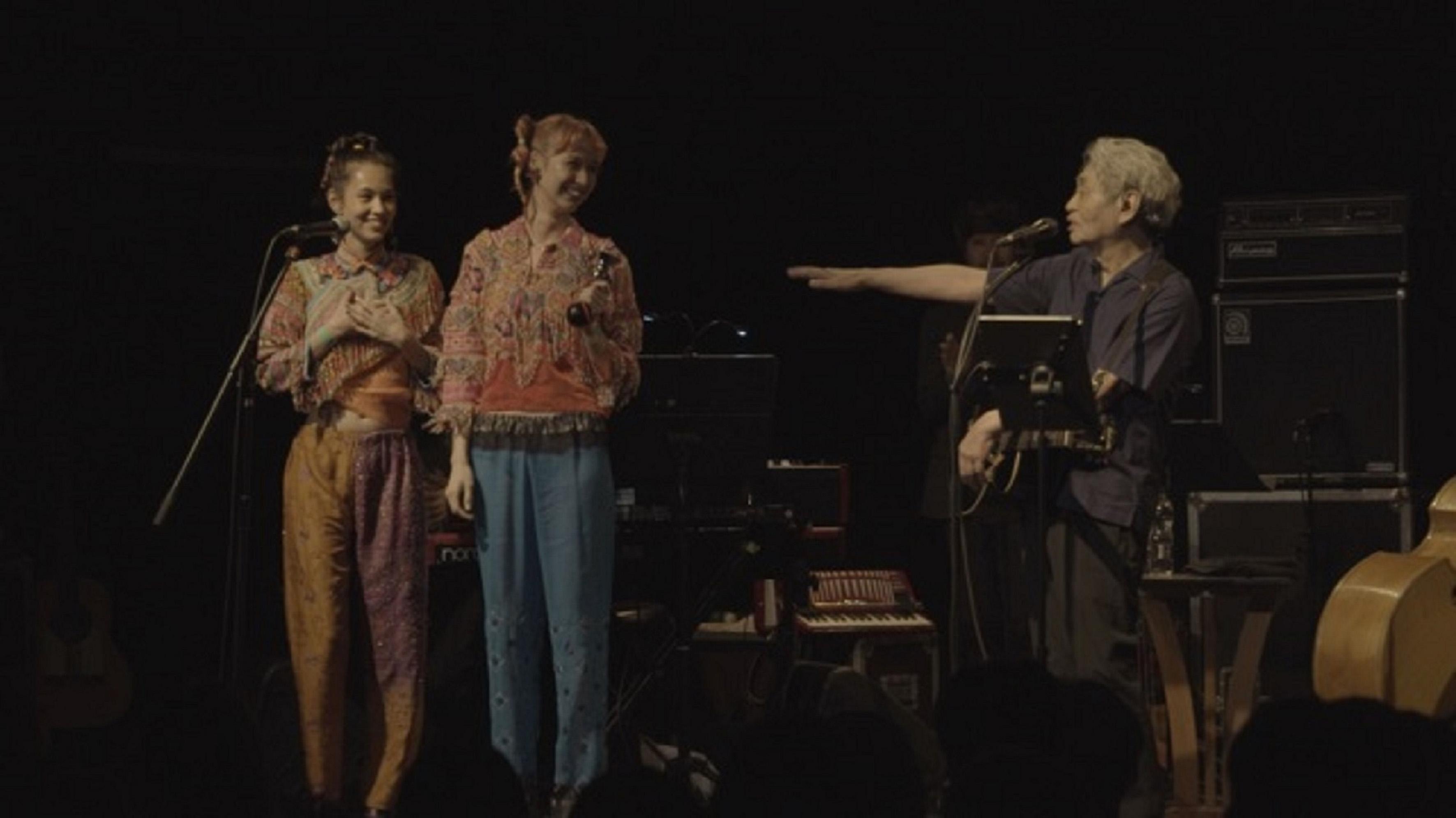 《搖滾師匠:細野晴臣》劇照_水原希子(左)和水原佑果(中)是細野晴臣(右)的粉絲 也受邀在演唱會上特別出演