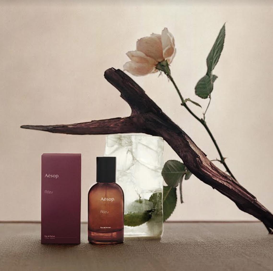 香水的主軸為帶有綠色柑橘調的花香,交織著木質、土壤氣息的岩蘭草