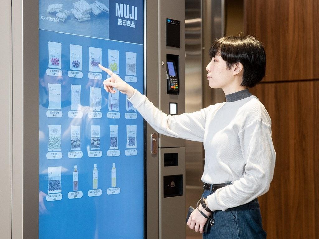 全球首發的「研磨現煮咖啡機」則是特別針對台灣人開發的全新品項,機台內共有8款飲品
