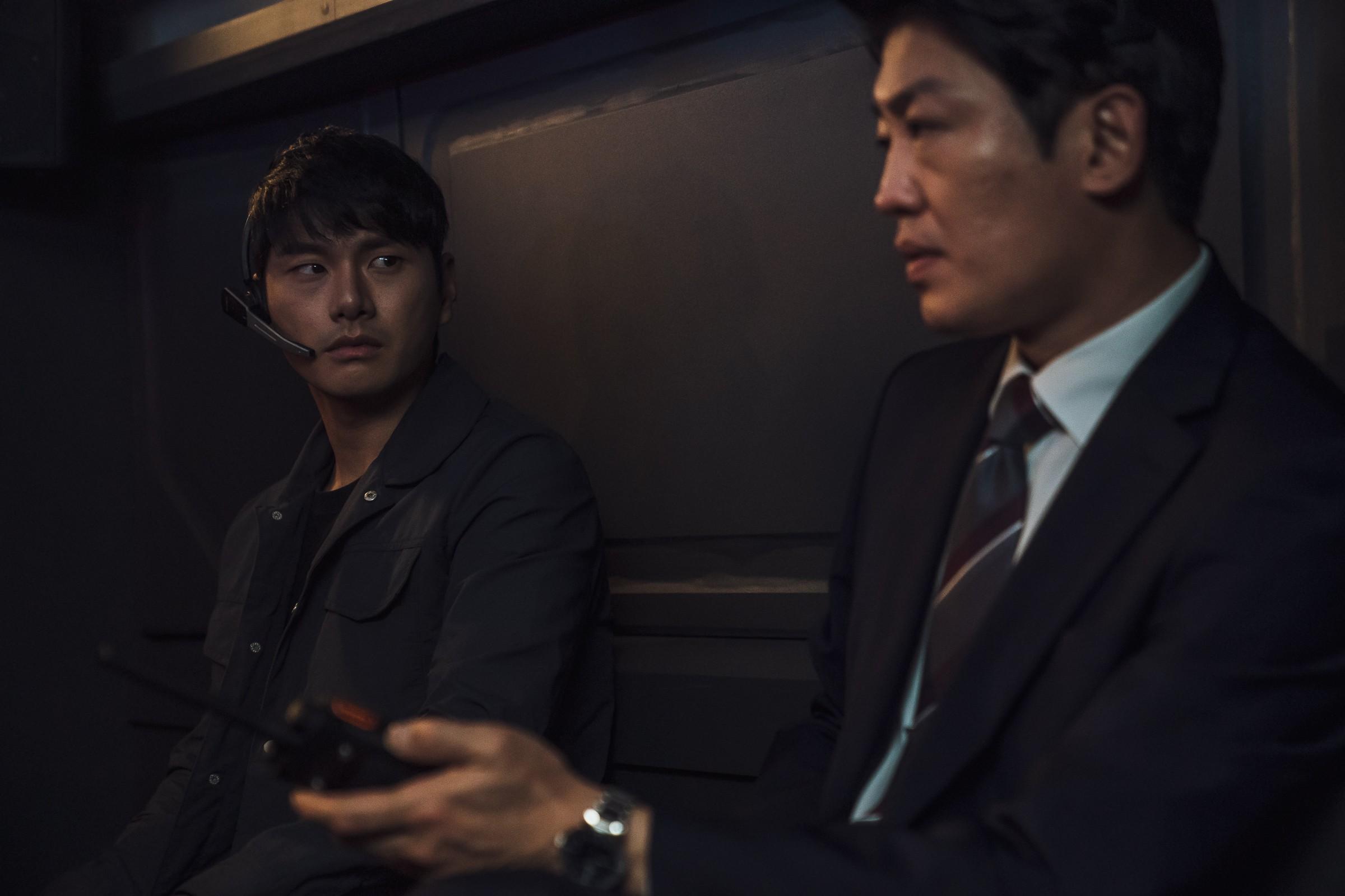 《大畫特務》李伊庚(左)、許城泰(右)互飆髒話片段讓觀眾笑翻