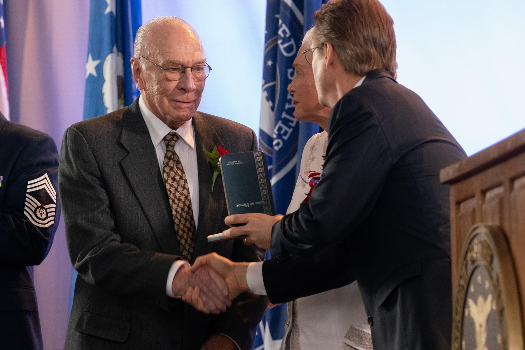 已經90歲的金球獎得主克里斯多夫普拉瑪(左)老當益壯,接演本片詮釋傳奇士兵的父親