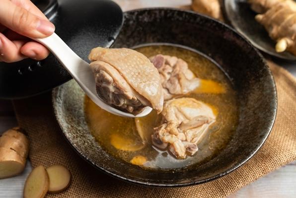 使用爆炒老薑加入香醇米酒,加進嚴選的放山雞拌炒,遠遠就能聞到逼人香氣,一口吃下雞肉超暖嫩、搭配濃郁的湯頭