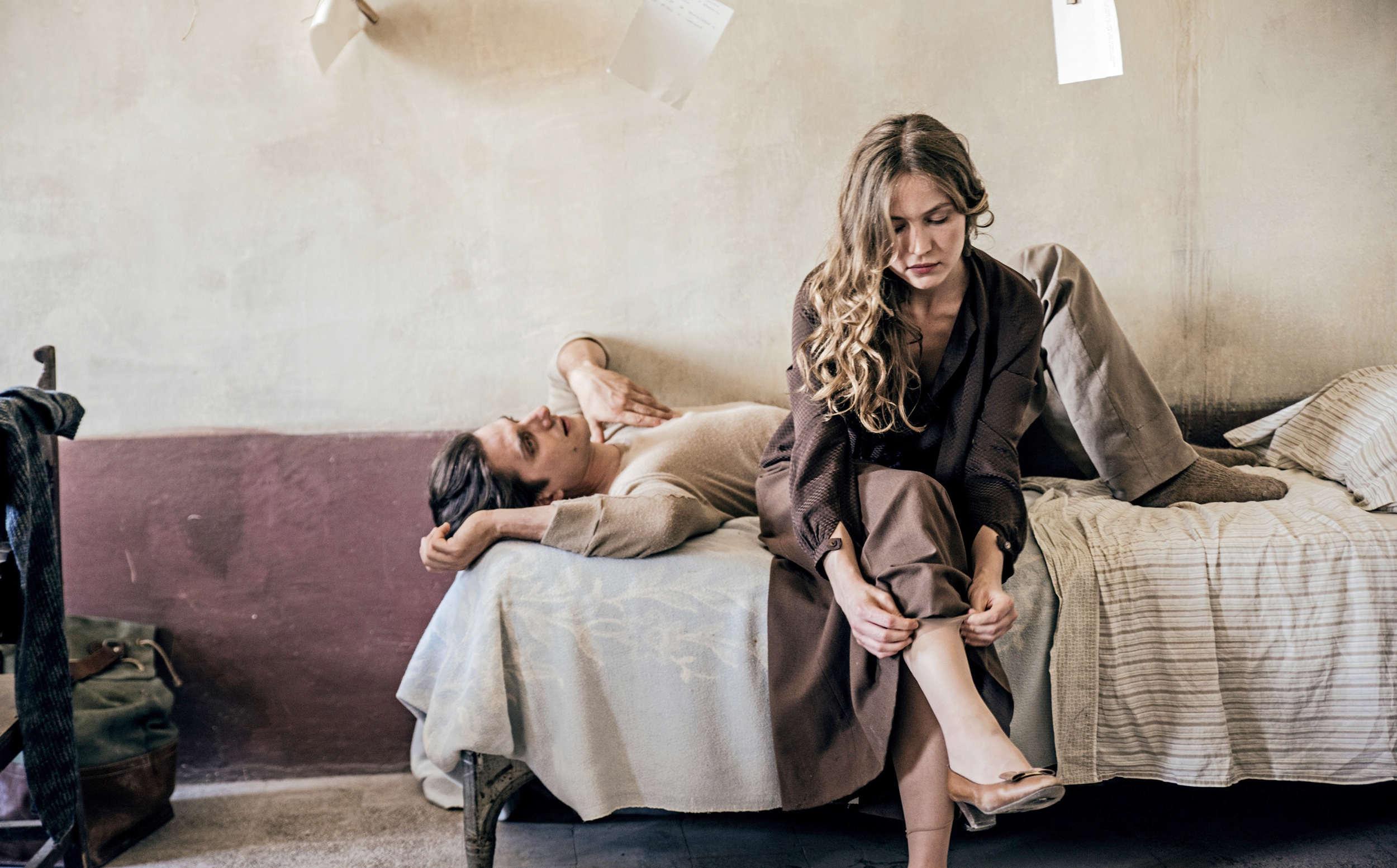 潔西卡克雷西(Jessica Cressy)在新片《馬丁伊登》(Martin Eden)因緣際會愛上水手馬丁伊登(路卡馬林內利 Luca Marinelli 飾),鼓勵他成為一名作家。奈何愛情終究不敵階層的藩籬,男友輝煌騰達時,竟也是兩人黯然分手日
