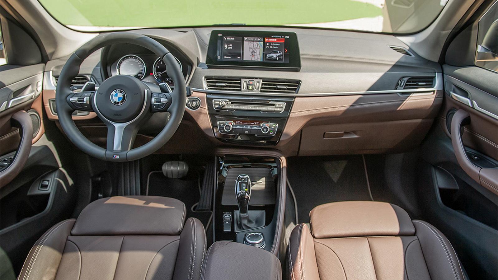 圖/2020 BMW X1 sDrive18i採用Walknappa真皮包覆的方向盤,搭配Sensatec皮質雙前座電動座椅,提供絕佳的操駕體驗。