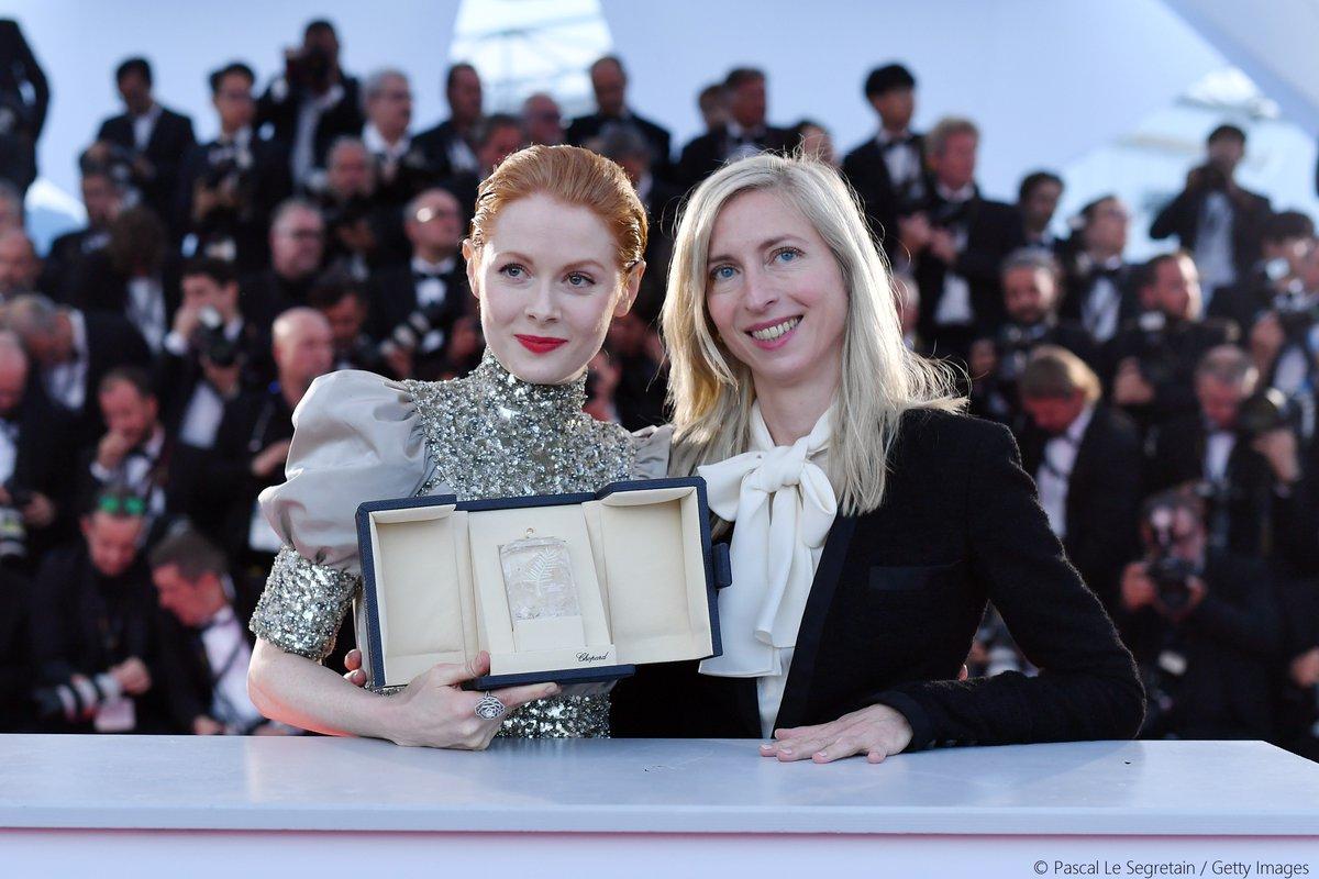 《小魔花》導演潔西卡賀斯樂(左)一顆鏡頭要拍20遍,讓艾蜜莉比查姆(右)榮獲坎城影后,中為英國男星班維蕭。