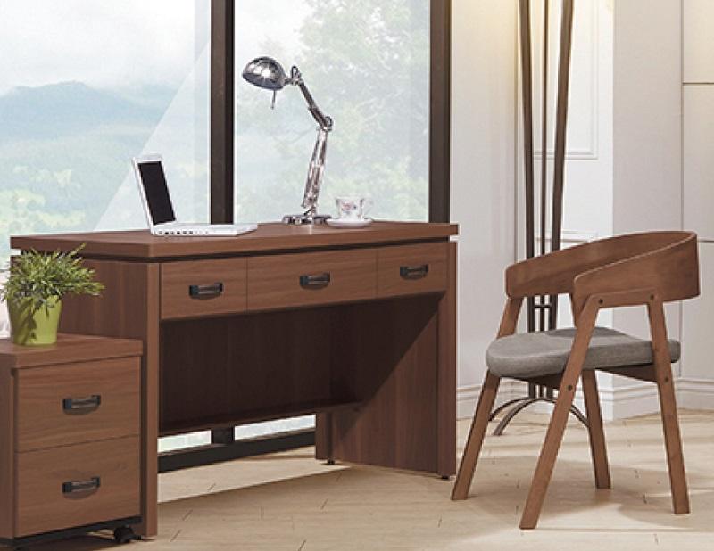 ▲胡桃木書桌椅組質感優雅,營造工作好心情,效率自然跟著提升!(圖片來源:Yahoo購物中心)
