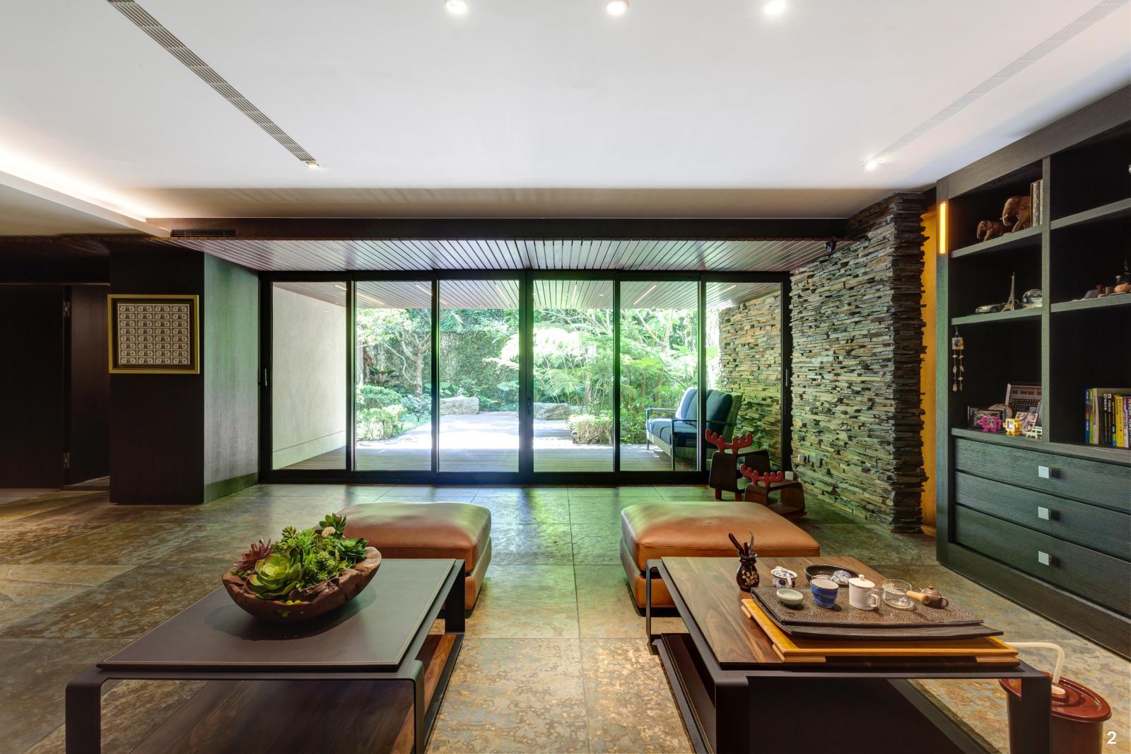 2. 一樓室外有著寬廣的停車空間;室內則以石材及木材質打造低調奢華的交誼大廳。