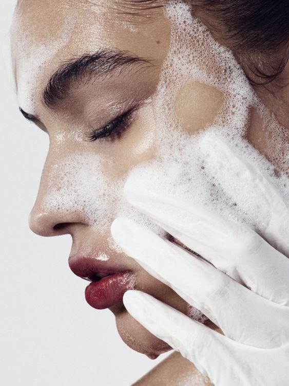 洗臉要不要用洗面乳,需要由早上起床的膚況判定。