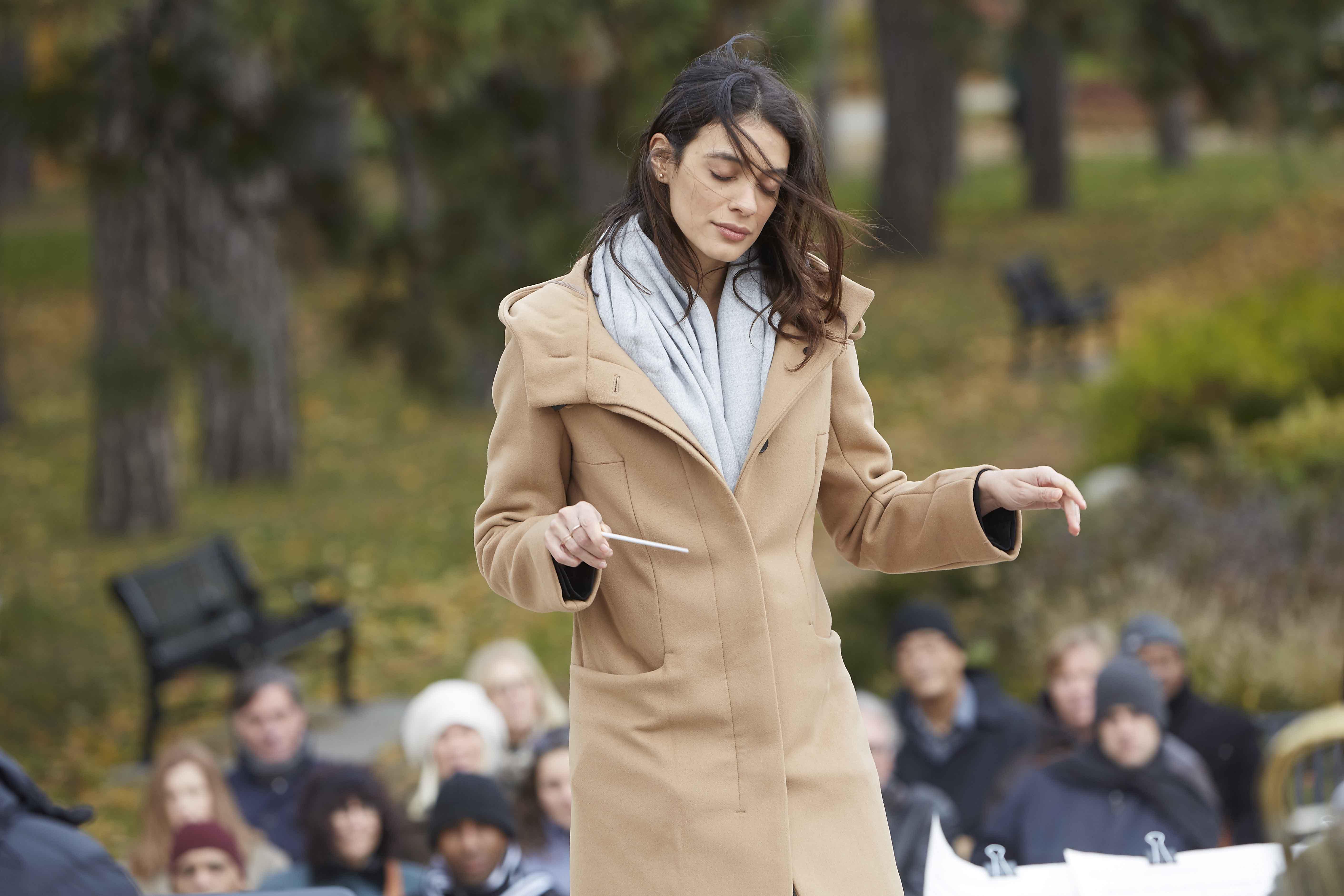 從沒彈奏過任何樂器的蕾斯拉迪奧莉維拉(如圖),為了演出片中專業的樂團指揮老師為自己量身打造出獨樹一格的「舞蹈型指揮法」