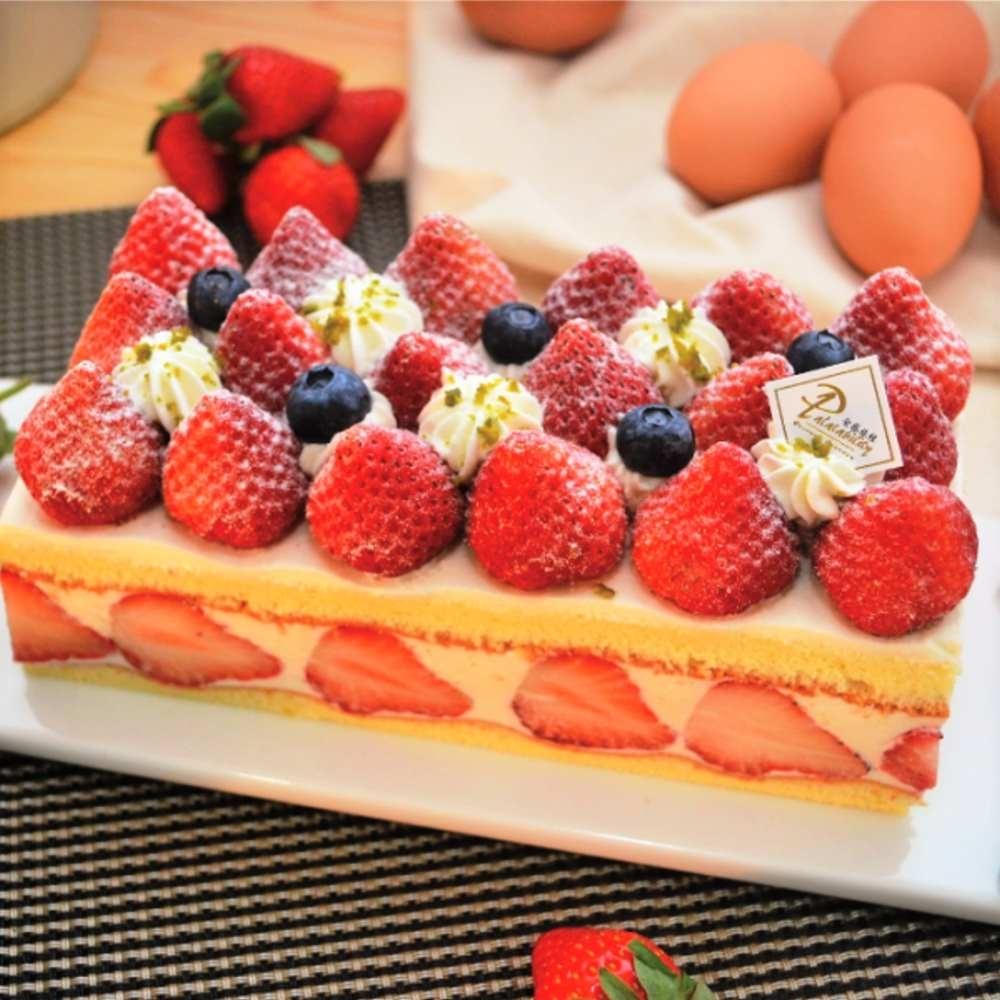 每盒都使用了25顆以上的新鮮草莓,光從視覺就是大滿足!加上各地嚴選食材製成的綿密戚風蛋糕還有北海道的乳酪鮮奶油,大口吃下瞬間就被療癒了啊!