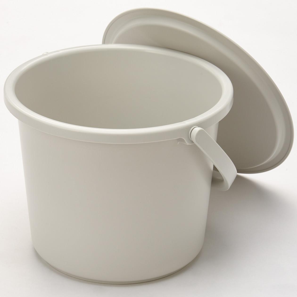 除了可放置洗滌衣物外,寛口設計便於清洗抹布。考量到可能會在洗臉台裝水,刻意降低水桶高度,讓水桶可以在洗臉台使用