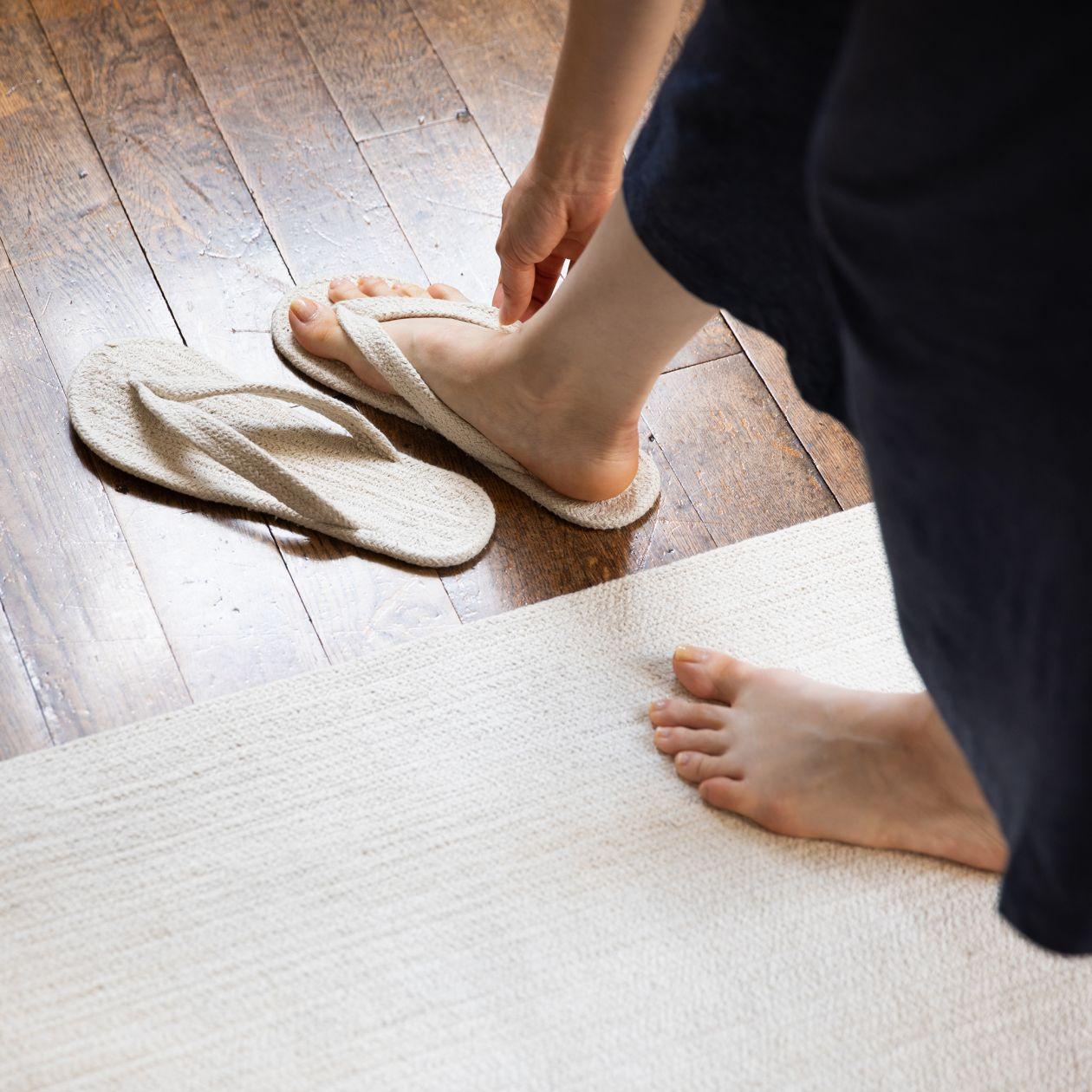 靈感來自印度人實際穿著的拖鞋,去除不需要的部分,改良製作而成