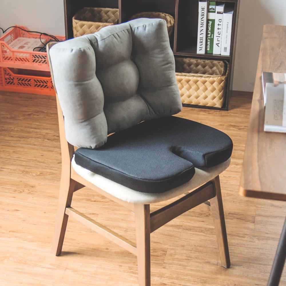 坐墊式腰枕加上坐墊的兩件組,扎實有彈性的內材能夠減輕壓力、矯正坐姿,記憶膠坐墊可以減少局部壓迫。