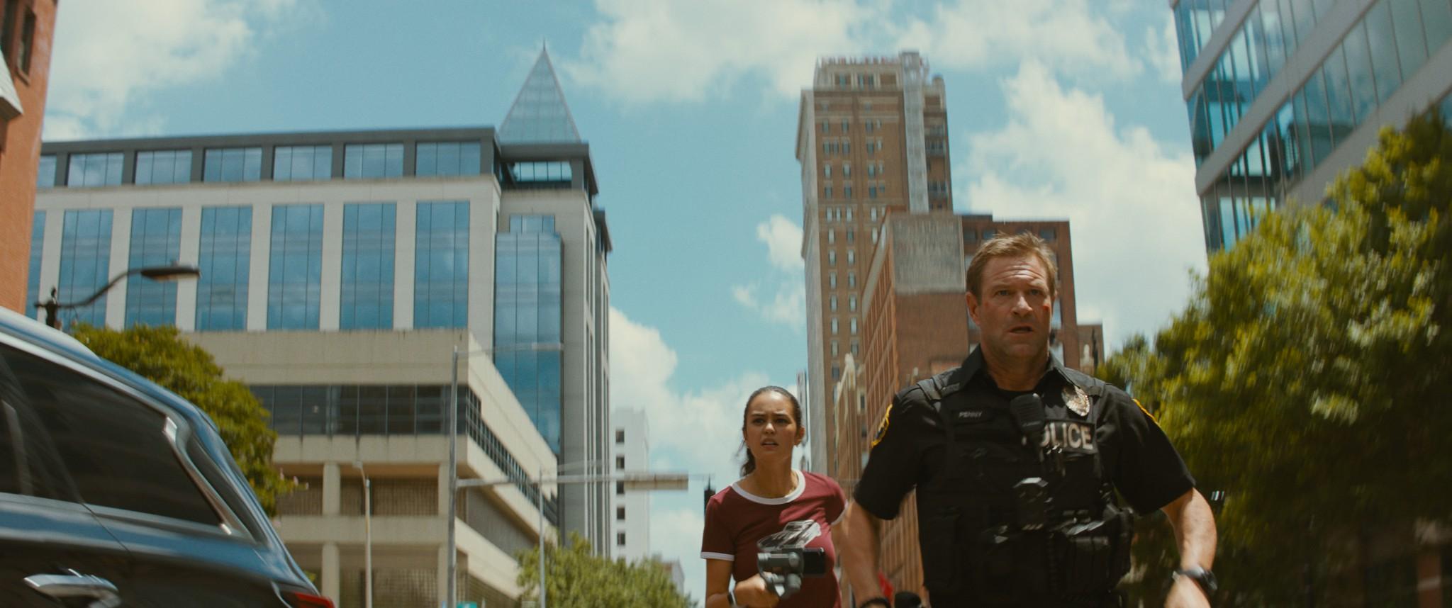 《全面攻佔:倒數救援》中扮演美國總統的亞倫艾克哈特,此次在動作強檔《絕命直播》中化身超猛警探
