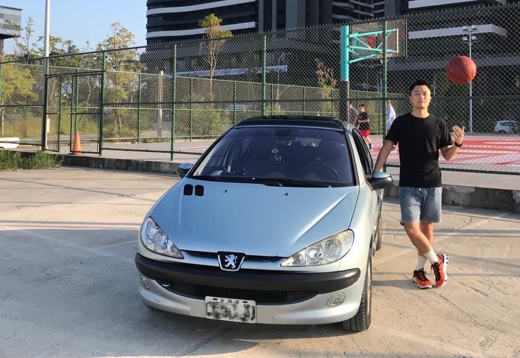 ▲民視體育主播張耀中,熱愛運動,連車款都選擇擁有擅長操控、動感十足的法系車款Peugeot 206。