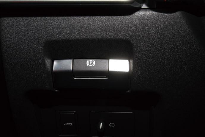 位於駕駛座左下方的電子手煞車。