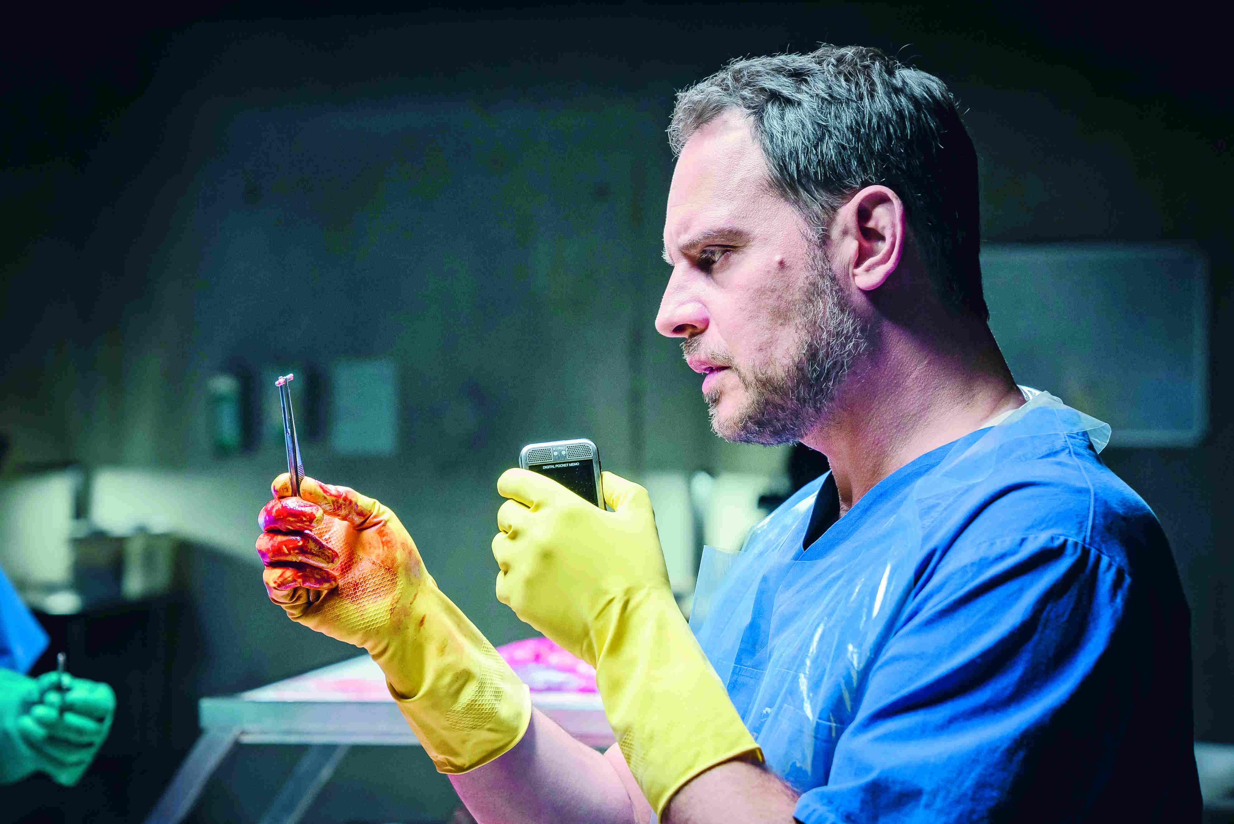 《萝拉快跑》柏林影帝莫里兹布雷多(Moritz Bleibtreu)在烧脑分尸片《抽尸剥茧》扮演遭到杀人魔萨德勒勒索的法医