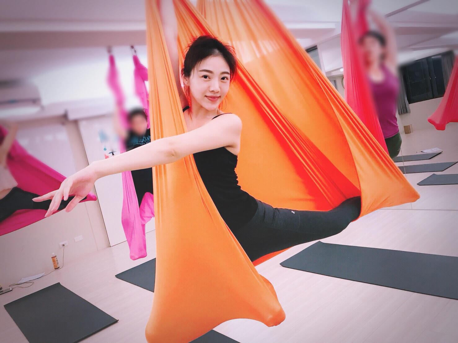 連馨的身材纖瘦修長,做起空中瑜伽特別好看!