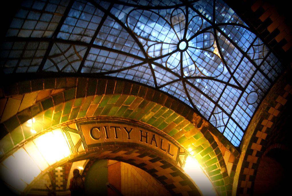 紐約市政廳地鐵站 (Photo by Paul Lowry, License: CC BY 2.0, 圖片來源www.flickr.com/photos/10039026@N03/5026529318)