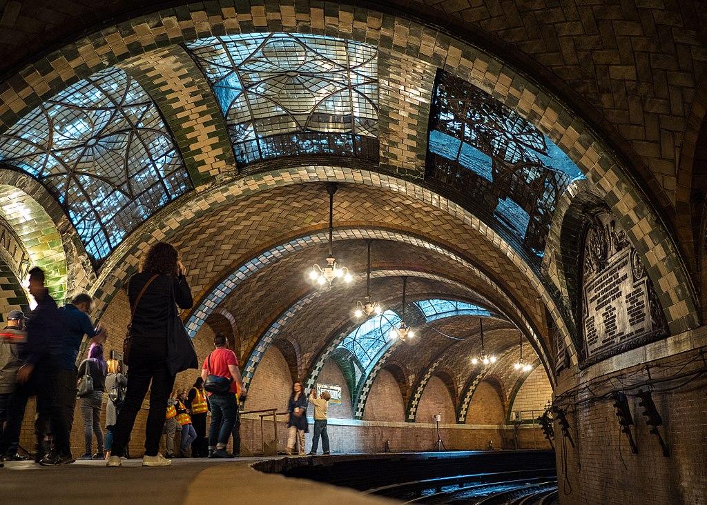 紐約市政廳地鐵站 (Photo by Rhododendrites, License: CC BY-SA 4.0, Wikimedia Commons提供)