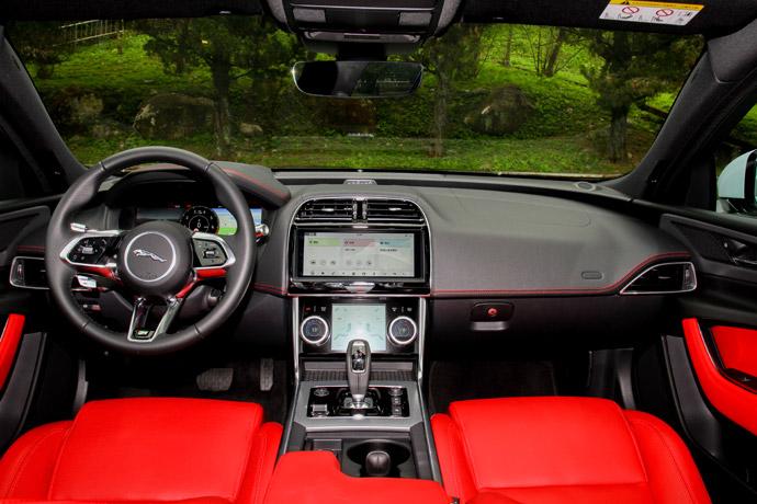 進入車室可以感受到與I-Pace擁有相近的家族設計語彙,並且整體的科技感與豪華程度也都大幅度的提升。除了導入12.3吋數位儀表外,方向盤也換上與I-Pace同樣的三幅式方向盤。