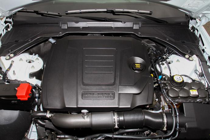 XE P300同樣是採用2.0升Ingenium直列四缸渦輪增壓汽油引擎,但其動力輸出提升至300ps/5500rpm、40.8kgm/1500-4500rpm, 0-100km/h加速度的成績為5.9秒。