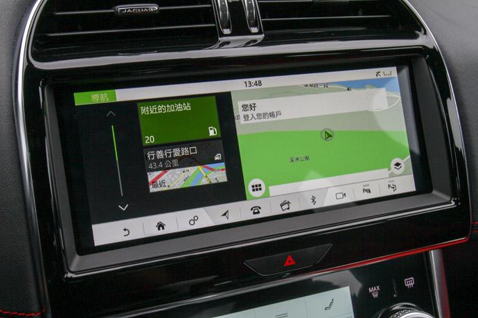 中控台也植入了車廠最新家族化10吋Touch Pro Duo雙觸控螢幕介面,整體操作上不管是儀表板的資訊顯示的清晰度,或是中控螢幕的操作順暢度,都體現出Jaguar首屈一指的科技操控介面。